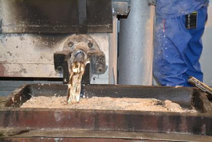 Odpich roztaveného surového olova ze sifonu do formy