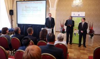 Předávání cen v soutěži Bezpečný podnik (ceny předávali Rudolf Hahn a Jiří Vaňásek - zleva)