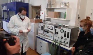 Ing. Lukáš Zavřel u přístroje na zkoušení aerosolem NaCl fy MOORE´S typ 1100 (plamenový fotometr)